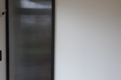 Paroi vitrée coulissant via un système de rail avec vitrage occultant